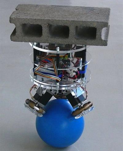Робот балансирующий на мяче